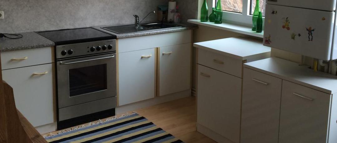 Eine komplett ausgestattete Wohnküche