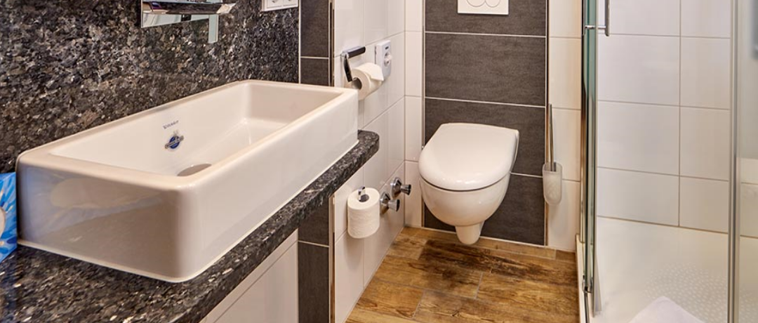 Funktionell ausgestattetes Badezimmer